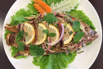 ลาบปลานิล|ラーブ・プラーニン|揚げタイの魚とハープペーストのせ|Fried Fish with Herbs Larb sauce