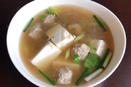 แกงจืดเต้าหู้ ゲーンチュートタオフー タイ風豆腐と訴肉団子のあっさりスープ Clear soup with tofu and minced pork