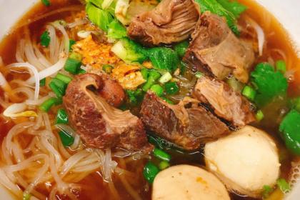 ก๋วยเตี๋ยวหมูตุ๋น クィッティアオ・ムートゥン 豚肉煮込みスープ Thai Noodle soup with stewed pork
